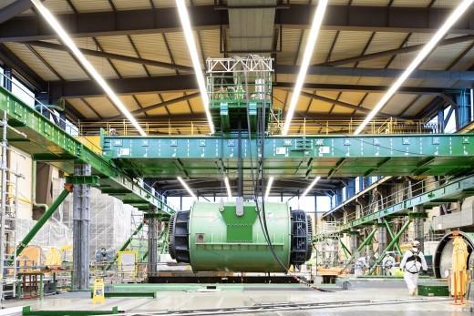 Image: Aushub eines der beiden 144 Tonnen schweren Generator-Statoren.