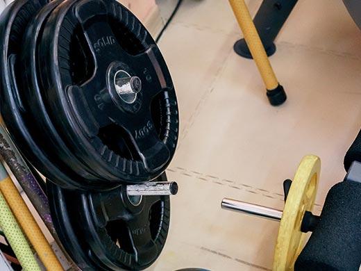 Das Training in den eigenen vier Wänden ist eine gute Möglichkeit, um fit zu bleiben und auf diese Weise auch die Trainingserfolge weiter voranzubringen. Sehr gerne kommen Hanteln zum Einsatz. Beim Krafttraining werden verschiedene Muskelgruppen angesprochen.